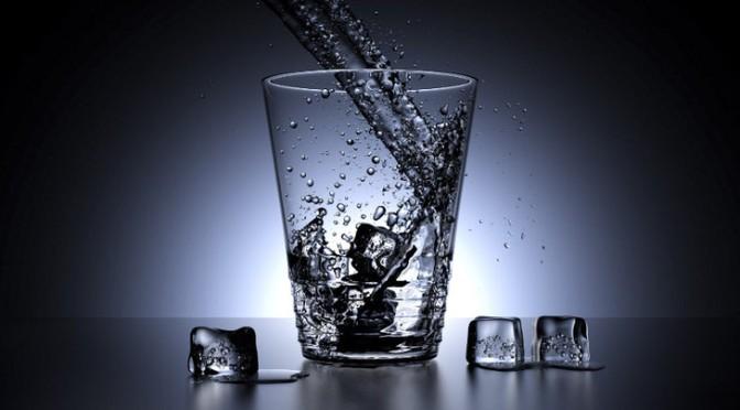 Een glas met water en ijsblokjes, totaal in Blender gemodelleerd. Gemaakt door: Blender Foundation – www.blender.org